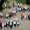Sporttag Gruppenbild von oben im Schulhof