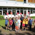 Schüler am Sporttag vor der Schule halten ihre Tischtennisschläger hoch