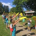 Kinder bilden ein Spalier für Schulabgänger