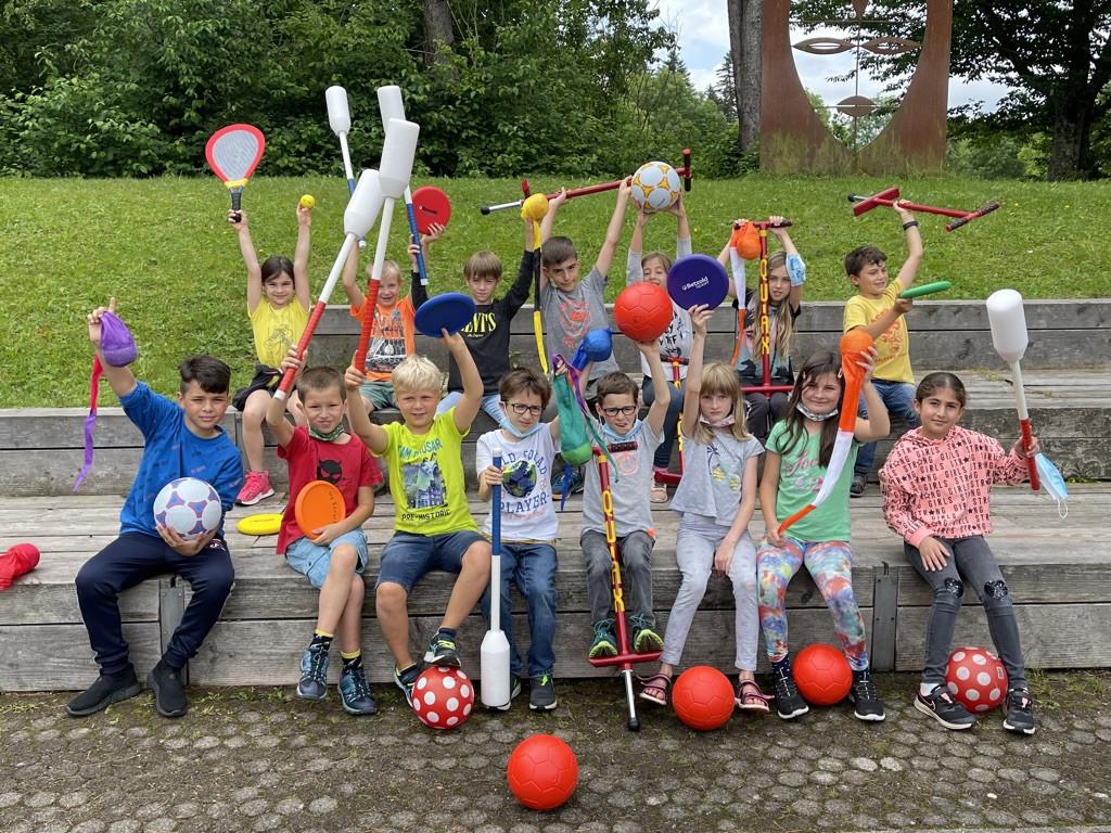 Schülerinnen und Schüler mit Spielgeräten, gespendet vom Förderverein